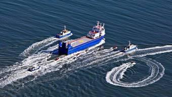 Der Atomtransporter umringt von Polizei- und Greenpeacebooten (Bild: Greenpeace)
