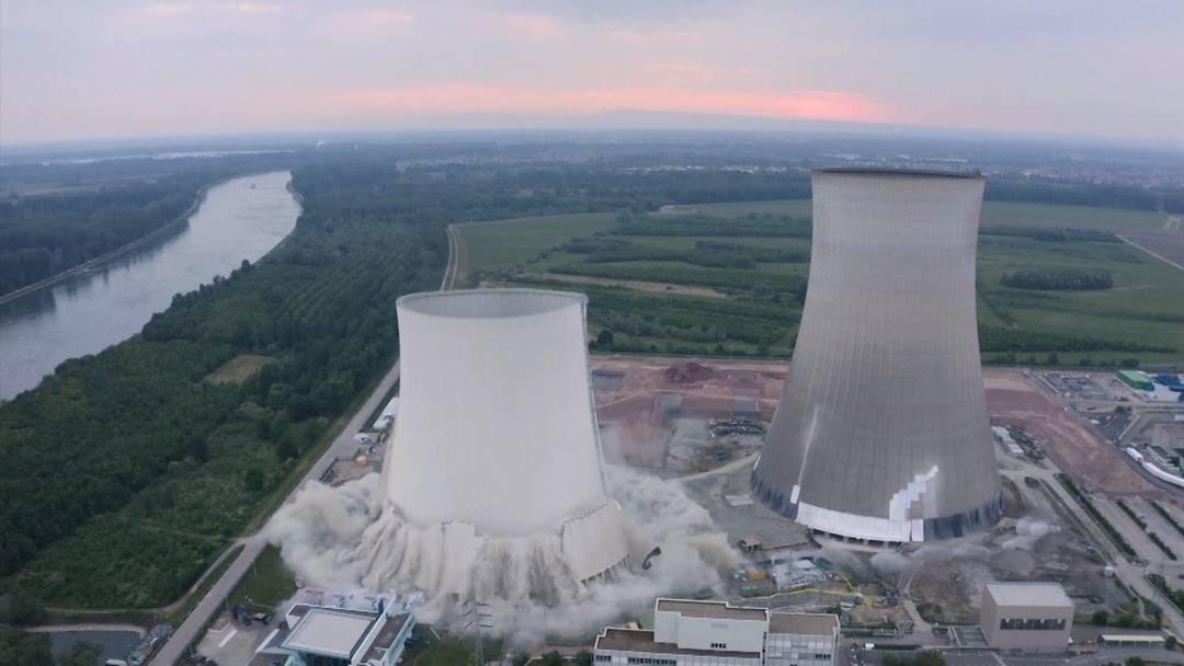 Karlsruhe: Sprengung der Kühltürme des Atomkraftwerks