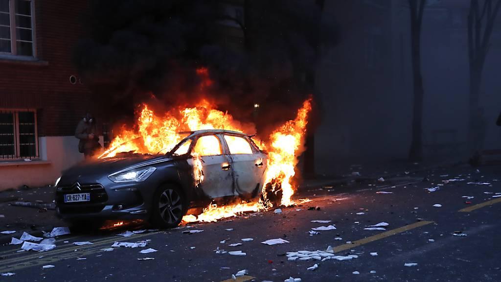 Brennende Autos und Festnahmen bei Demonstration in Paris