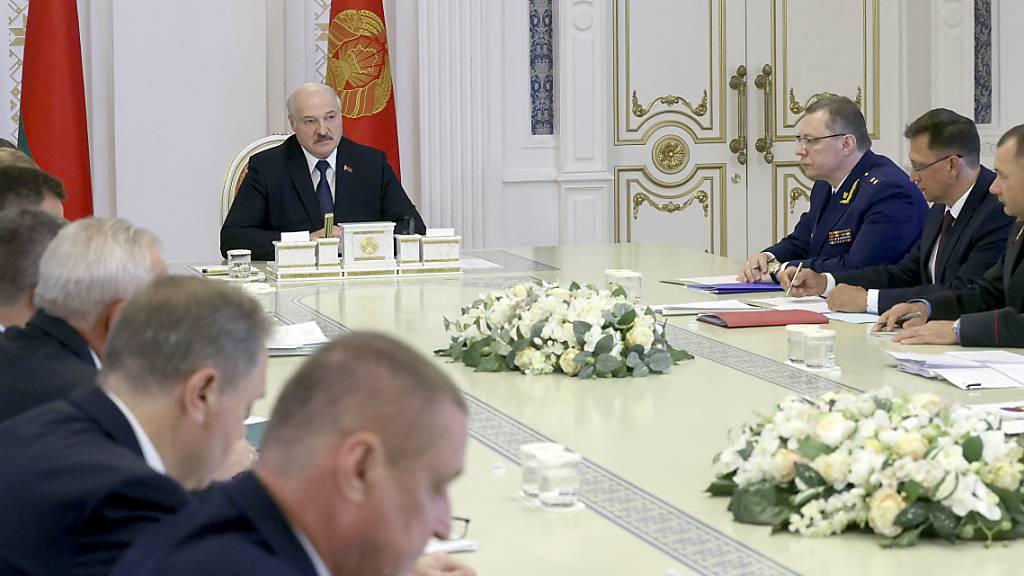 Alexander Lukaschenko, Präsident von Belarus, spricht während einer Kabinettssitzung. Der Apparat von Lukaschenko hat ungeachtet internationaler Kritik die Auflösung von mehr als 40 Menschenrechtsorganisationen in Belarus beschlossen. Foto: Nikolay Petrov/BelTA/AP/dpa
