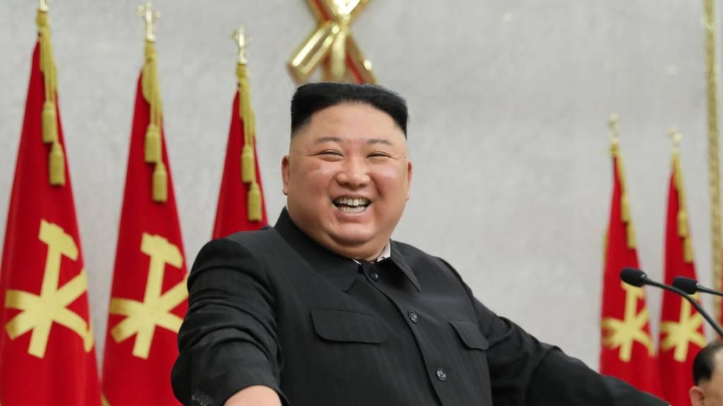 HANDOUT - Kim Jong Un, Machthaber von Nordkorea, während eines Treffens des Zentralkomitees der Partei der Arbeit Koreas. Foto: -/KCNA/dpa - ACHTUNG: Nur zur redaktionellen Verwendung im Zusammenhang mit der aktuellen Berichterstattung und nur mit vollständiger Nennung des vorstehenden Credits