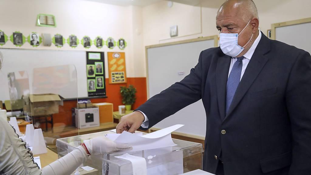 Dieses von der Partei GERB zur Verfügung gestellte Foto zeigt Boiko Borissow, Ministerpräsident von Bulgarien, der während der Parlamentswahl seine Stimme abgibt.