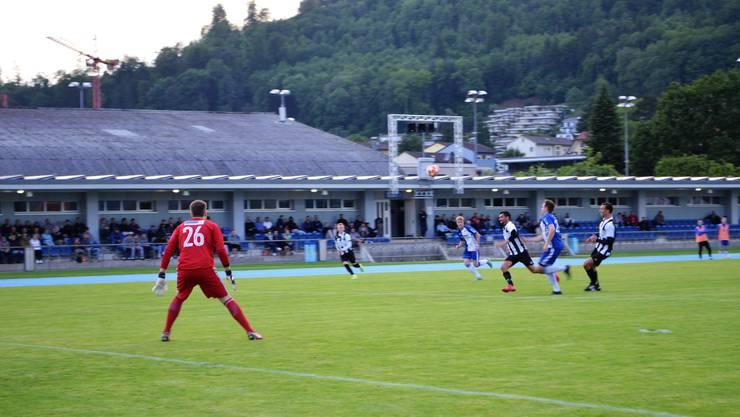 Der FC Brugg gewinnt das letzte Meisterschaftsspiel gegen Sarmenstorf 2:1 und spielt nun gegen den FC Küttigen in der Barrage;Bruggs Pasquale Savinelli stürmt in Richtung Tor, dort steht Patrick Schmidt bereit.