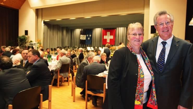 Einen Abend lang im Mittelpunkt: Elisabeth und Kurt Wernli genossen den Anlass in vollen Zügen (rahu)