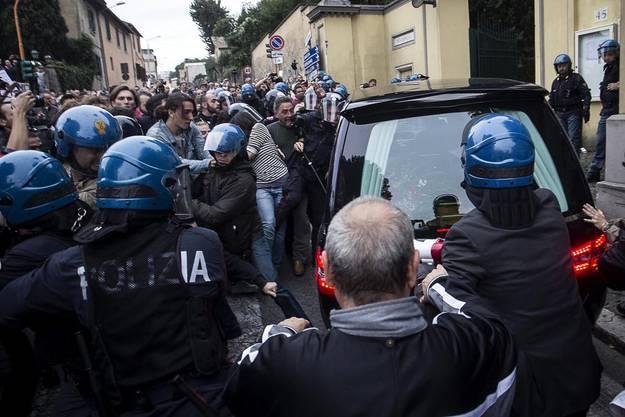 Die Polizei musste protestierende Demonstranten und Neo-Faschisten voneinander trennen.