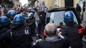 Bei der Trauerfeier für den Nazi-Verbrecher Erich Priebke in Italien kam es zu Ausschreitungen.
