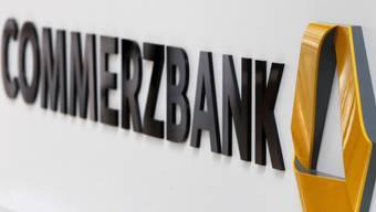 Mit dem Entscheid der Unternehmensleitung fällt bei der Commerzbank mehr als jede fünfte der zuletzt 45'000 Vollzeitstellen weg. (Symbolbild)