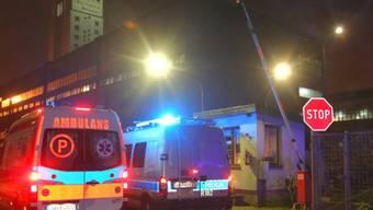 Ambulanz und Polizeiauto vor dem polnischen Steinkohlebergwerk