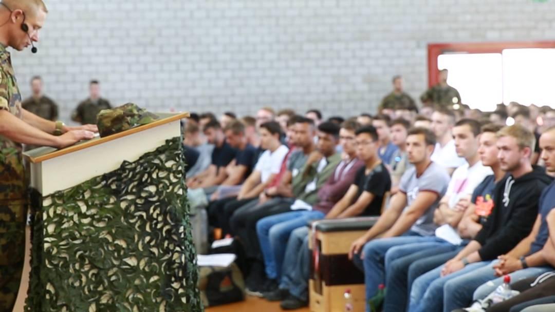 Schulkommandant empfängt neue Rekruten in Aarau