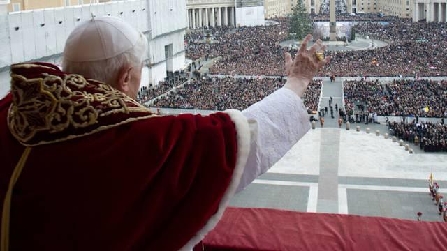 Der Papst spendet den festlichen Segen