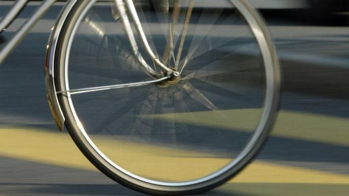in Wohlen erfasst ein Autofahrer an einem Fussgängerstreifen ein Velo. (Symbolbild)