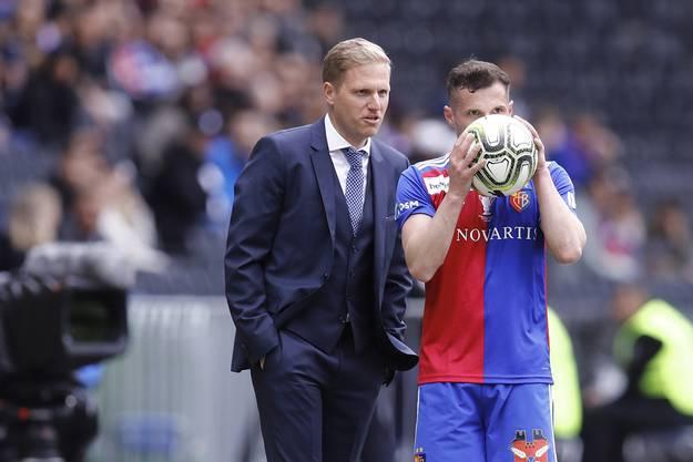 Einwurf: Taulant Xhaka (r.) spricht noch kurz mit Thuns Cheftrainer Marc Schneider (l.).