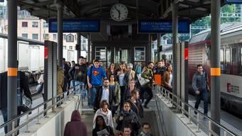 «Es ist zu kurzfristigen Personalkomplikationen gekommen»: Pendler in einem Schweizer Bahnhof. (Symbolbild)