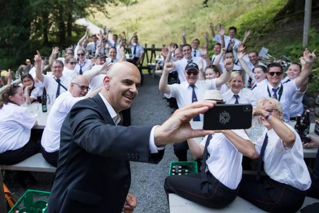 Der Auftritt des Bundespräsidenten am 1. August auf dem Rütli ist ein Klassiker. Alain Berset machte nach seiner Rede vor einem Jahr ein Selfie mit der Musikkapelle (Bild Peter Klaunzer/Key)