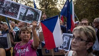 """Mehrere hundert Demonstranten haben am Montag vor der russischen Botschaft in Prag protestiert und an die Niederschlagung des """"Prager Frühlings"""" im Jahr 1968 erinnert."""