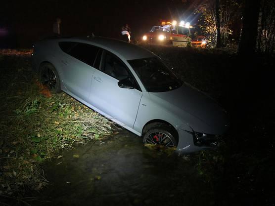 Einer Katze ausgewichen: Die Fahrt eines Junglenkers endete am Sonntagabend bei Baar in einem Bach. Verletzt wurde niemand, am Auto entstanden einige Tausend Franken Sachschaden.