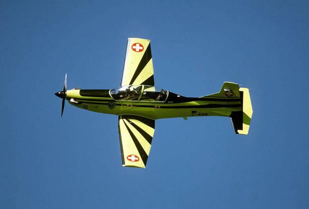 Zwei Trainingsflugzeuge des Typs PC-9 stossen in der Luft zusammen. Während die eine Maschine landen kann, zerschellt die andere bei Oberuzwil SG. Der Pilot stirbt.