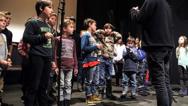 Pedro Haldemann, Solothurner Musiker Filmproduzent und Partner von Insert-Film Solothurn erklärt den Kindern ihre Aufgaben