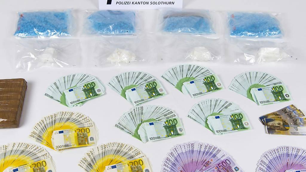 Nach der Festnahme von zwei mutmasslichen Drogendealern sichergestellt: 200'000 Euro und 1,6 Kilogramm Kokain sowie 4000 Stück Ecstasy-Pillen.
