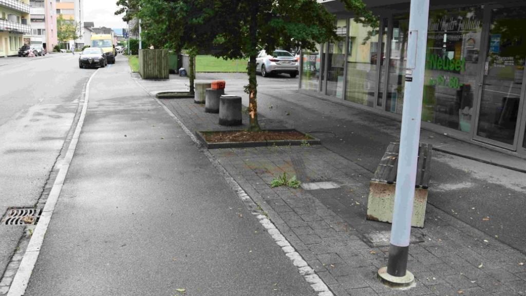 Autofahrer rammt Sitzbänkli in Niederuzwil