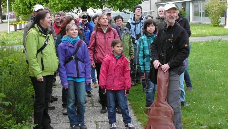 Hans-Ruedi Kunz (mit Gitarre) erklärt die Natur.