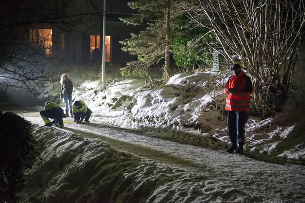 In der Fricktaler Gemeinde Zeiningen erfasste ein Autofahrer am Samstagnachmittag drei auf sogenannten «Füdlibobs» schlittelnde Kinder.