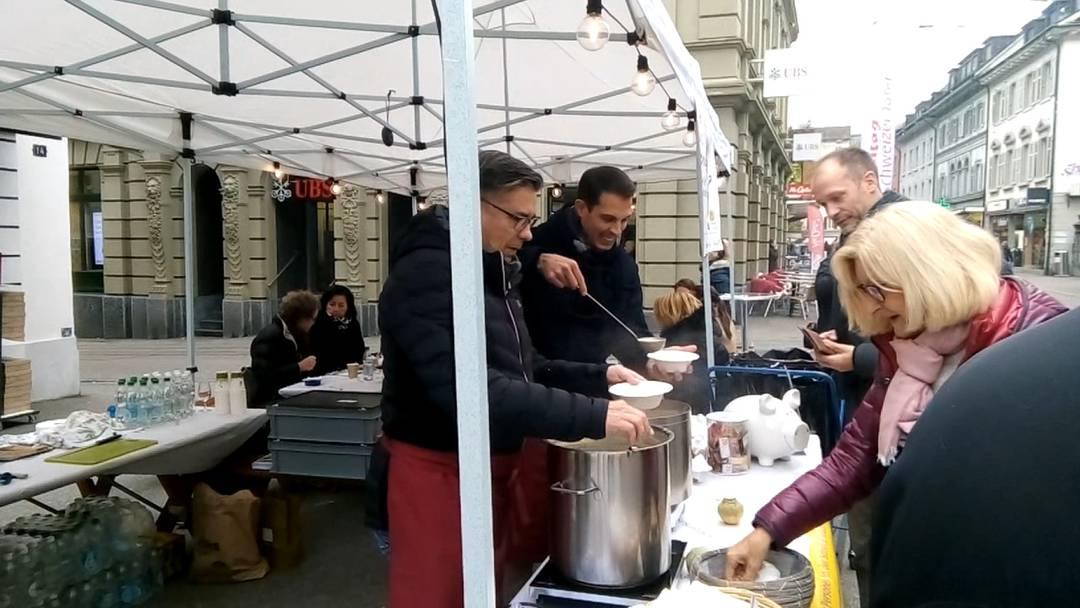 Suppentag fand erstmals in der Badener Innenstadt statt – mit Stadtammann Markus Schneider, Nationalrat Thierry Burkart und Comedian Peach Weber.