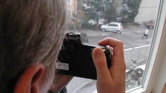 Detektiv Themenbild Mann, Fotokamera, beobachten, nachspionieren, observieren Sozialhilfemissbrauch © Kevin Cahannes erschienen Dezember 2006