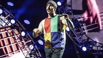Anthony Kiedis, Frontmann der Red Hot Chili Peppers, steht am Dienstag, dem Eröffnungstag, auf der grossen Bühne des Paléo Festivals in Nyon. Die Tickets für das Konzert der Kalifornier waren innert vier Minuten ausverkauft. (Archivbild)