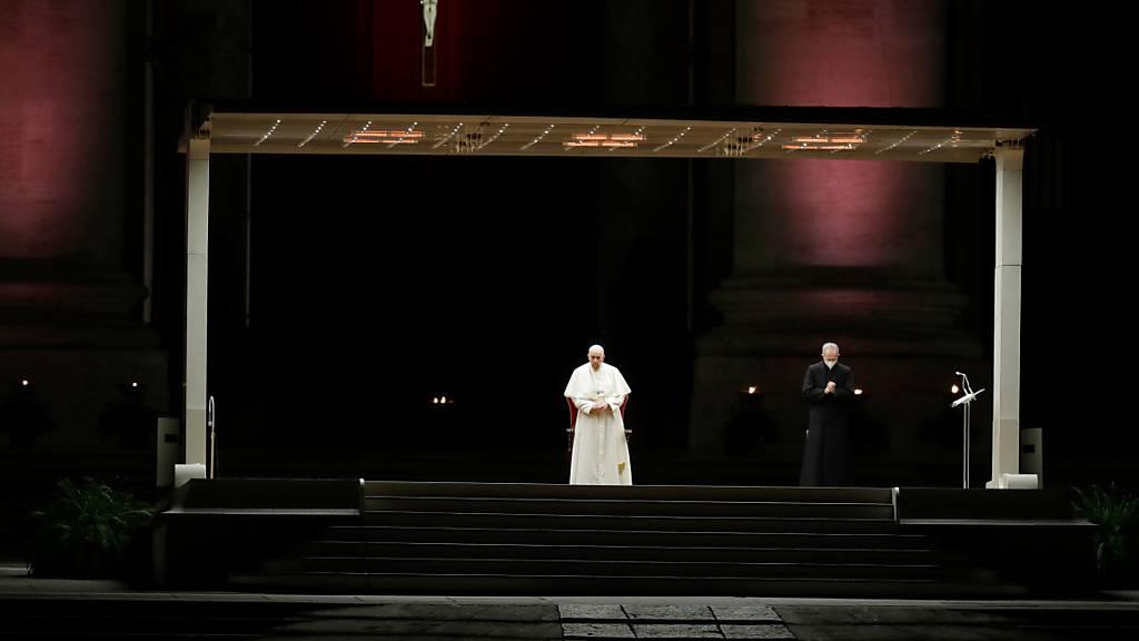 Papst Franziskus steht für den wichtigen Programmpunkt am Karfreitag, den Kreuzweg, auf dem leeren Platz vor dem Petersdom.