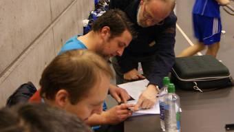 HCDU-Trainer Karsten Hackel (M.) füllt das Protestformular aus.