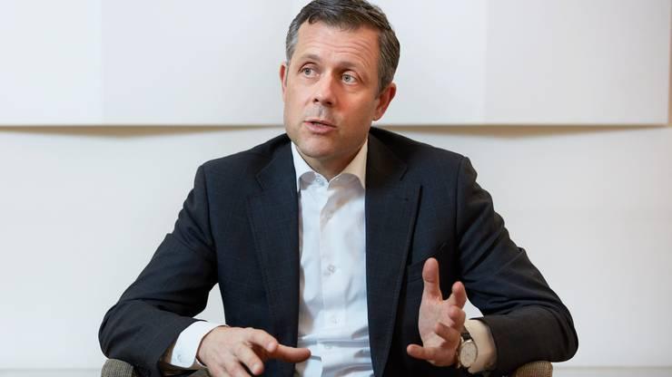 André Helfenstein, CS-Schweiz-Chef, verkündet das Ende der Tocherfirma NAB. Er will 100 Millionen Franken einsparen.