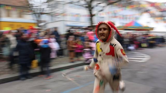 Gfürchig: In Klingnau treiben die «Räbehegel» die Schüler durchs Städtli.