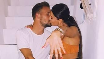 """Die """"Future MRS. Seferovic!"""" - so der Instagram-Kommentar - streckt stolz ihren Verlobungsring in die Kamera. Nati-Stürmer Haris Seferovic hat Amina offenbar auf Mykonos einen Antrag gemacht. (Instagram)"""