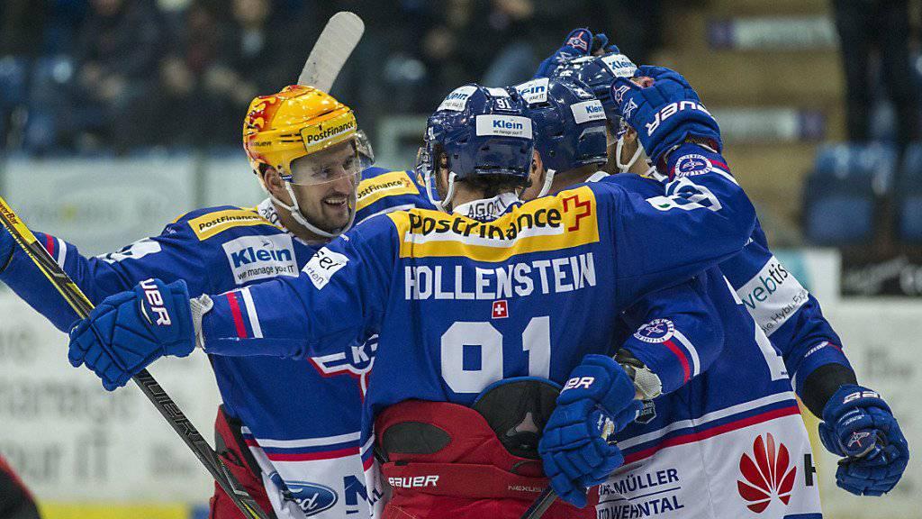 Die Klotener um Vincent Praplan (links) und Denis Hollenstein feiern das Tor zum 5:0 gegen Lugano.