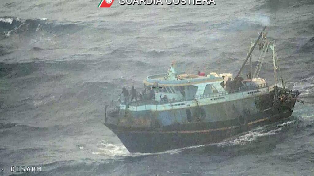 HANDOUT - Die italienische Küstenwache brachte dieses Boot bei einer Rettungsaktion im Mittelmeer in Sicherheit. An Bord waren mehr als 100 Menschen. Foto: -/Guardia Costiera/dpa - ACHTUNG: Nur zur redaktionellen Verwendung im Zusammenhang mit der aktuellen Berichterstattung und nur mit vollständiger Nennung des vorstehenden Credits