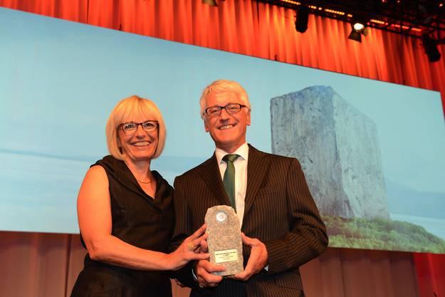 Der zweite Platz geht an Textilland Ostschweiz. Auf der Bühne war Rolf Schmitter, Präsident des Verein Textilland Ostschweiz (rechts) anwesend.