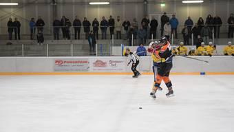Voller Einsatz ist gefragt – so wie ihn hier der Urdorfer Luca Biasuz (rechts) in der Partie gegen den Club da Hockey Engiadina zeigte.