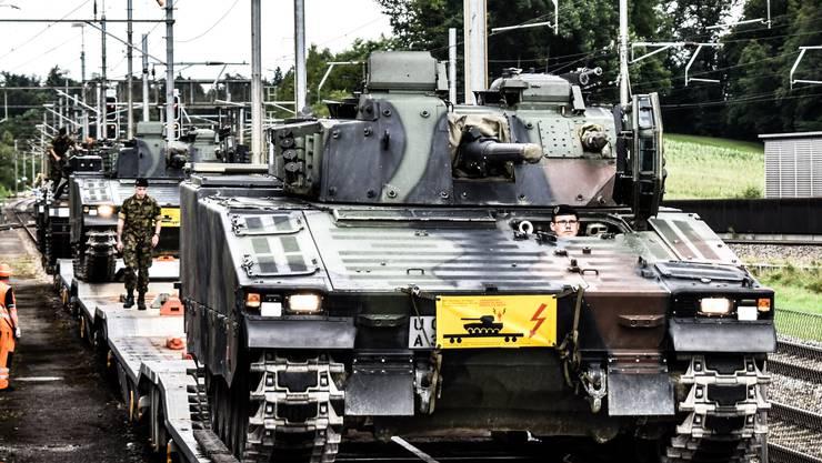 Nachdem die 15 Panzer am frühen Morgen in Othmarsingen angekommen sind, werden sie nach Birmenstorf verschoben.