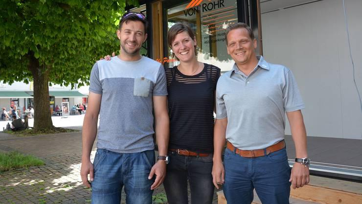 Mike Zettel, Olivia Richner und Christoph Billy Marti (v.l.) vor dem «Stadtgspröch», einem temporären Gastrobetrieb vor der Stadtkirche.