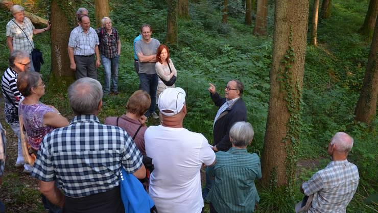 Alt Bundesrat Samuel Schmid erzählt am «Treff.Buechibärg» von den Legenden, welche sich um die Tüfelsburg ranken.