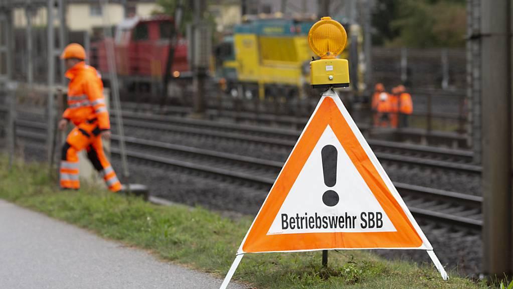 Neubaustrecke wegen Ölaustritt gesperrt: Mitarbeitende der SBB im Einsatz in Zollikofen.