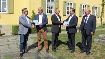 Globi-Übergabe im ZDA-Garten: Jürg Willi (Lions), Andreas Glaser (ZDA), Alex Hürzeler (Regierungsrat), Norbert Stichert (NHG) und Rainer Lüscher (NHG, v.l.).zvg