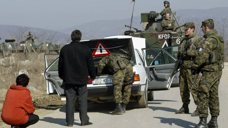 Angehörige des mechanisierten Infanteriezugs der Swisscoy durchsuchen in der Nähe von Suva Reka, Kosovo, an einem Checkpoint ein Auto.