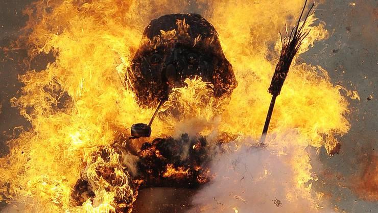 Der Böögg brannte und explodierte teilweise, anlässlich des traditionellen Sechseläutens 2012 in Zürich.