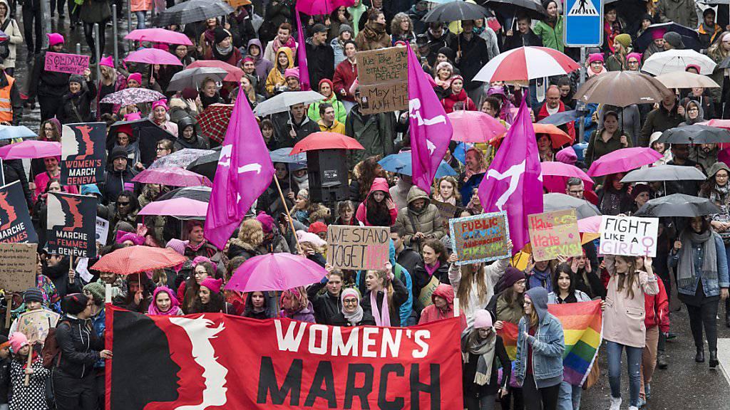 Pink, Violett und Rosa: Über 10'000 Demonstrantinnen und Demonstranten nahmen am Frauenmarsch in Zürich teil. (KEYSTONE/Ennio Leanza)