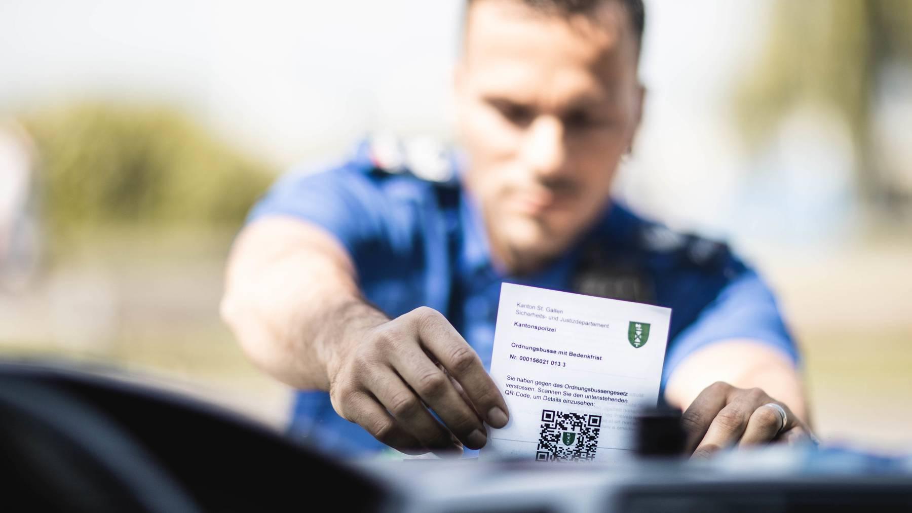 Symbolbild Polizist verteilt Busse