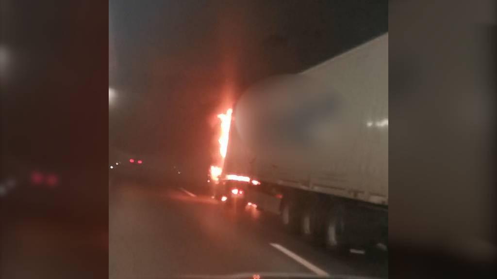 Lastwagen brennt – Tunnel gesperrt