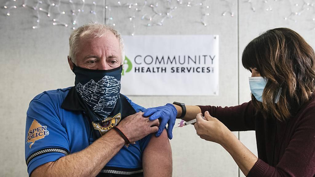 In den USA haben sich bereits mehr als eine Million Menschen gegen das Coronavirus impfen lassen.