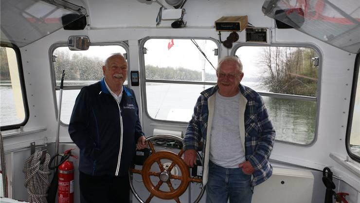 Haben das Steuer im Griff: Max Heller (l.), Präsident der Fährenkommission, und Fährmann Urs Gysin. Dennis Kalt
